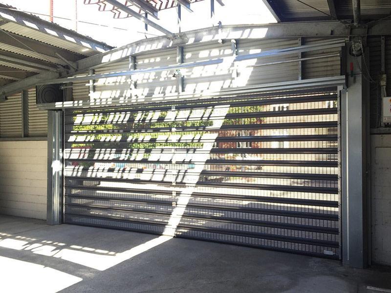 puerta enrollable microperforada para aparcamientos