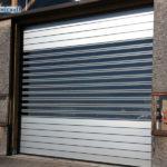 puerta industrial de aluminio aislada