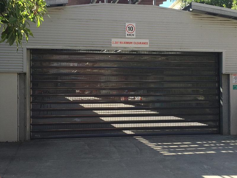 puerta microperforada para aparcamiento
